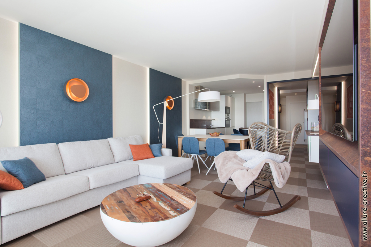 salon_ambiance_bleu_orange_appartement_les_sables_la_chaume