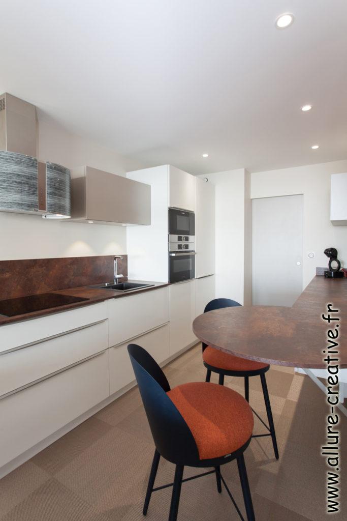 cuisine_meuble_blanc_brillant_panneau_claustra_appartement_les_sables_la_chaume