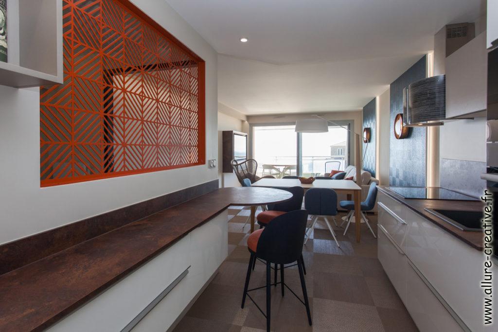 cuisine_verriere_blanc_brillant_panneau_claustra_appartement_les_sables_la_chaume